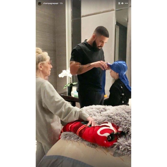 Drake ayuda a su hijo Adonis a vestirse
