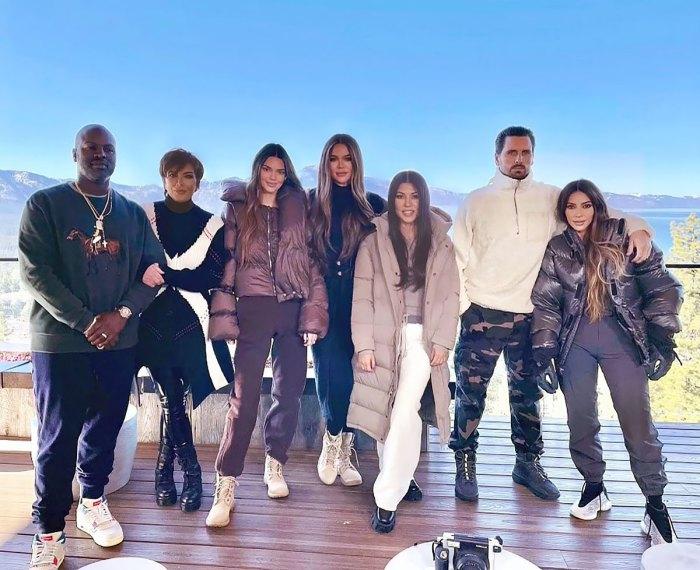 ¿Photoshop falla?  Los fanáticos piensan que Kourtney Kardashian no estaba en realidad en la foto familiar