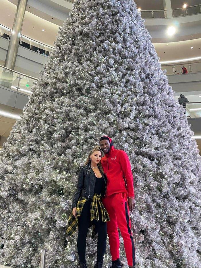 Larsa Pippen y Malik Beasley posan frente al árbol de Navidad en medio de un drama romántico en curso