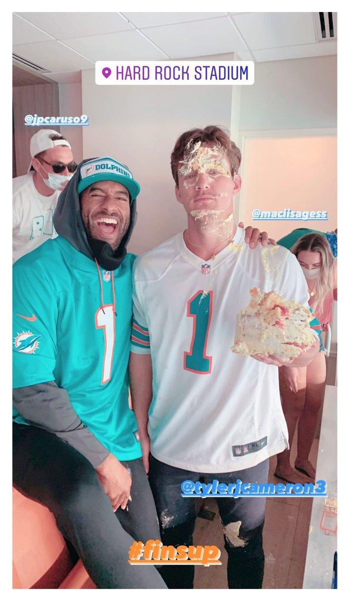 Matt James rompe un pastel en la cara de Tyler Cameron después de que se reencuentran en el juego de los Dolphins