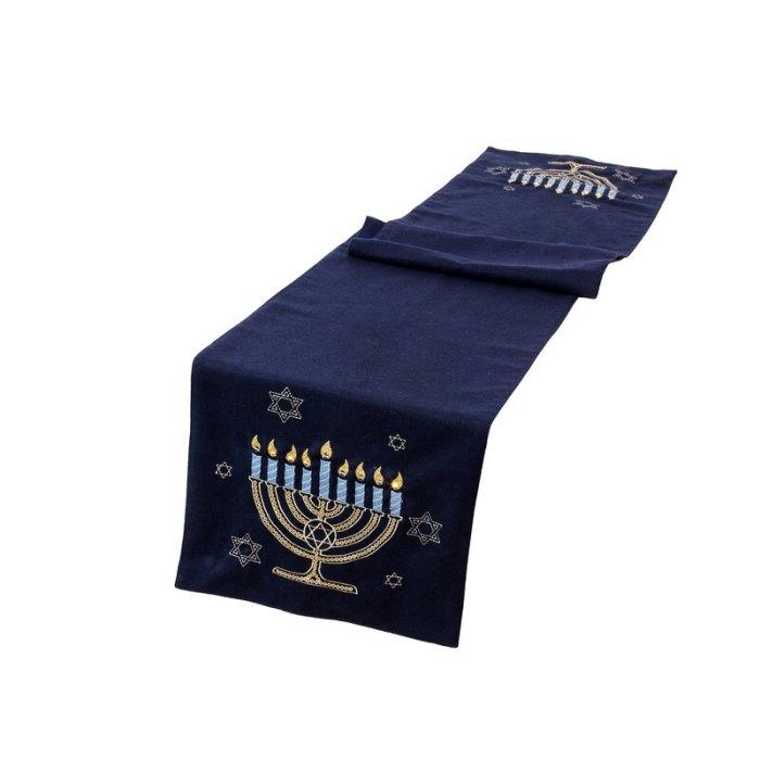 Camino de mesa iluminado Swanscombe Hanukkah Velvet Touch de The Holiday Aisle