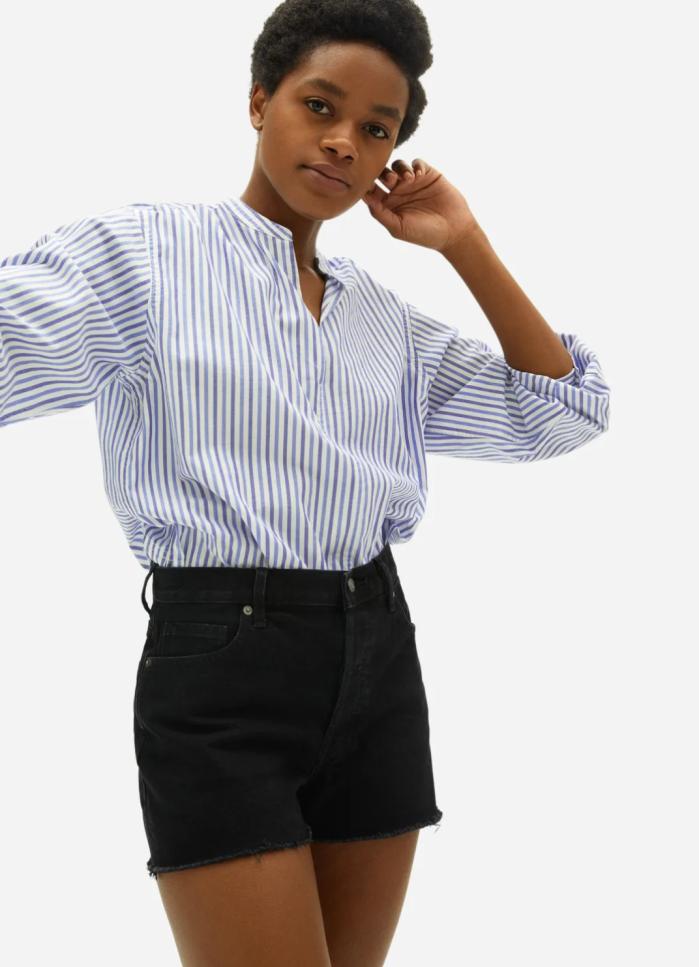 La blusa de algodón sedoso con cuello partido