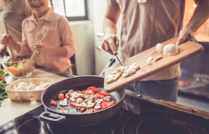 Cocinar-comida-en-cocina-Stock-Photo