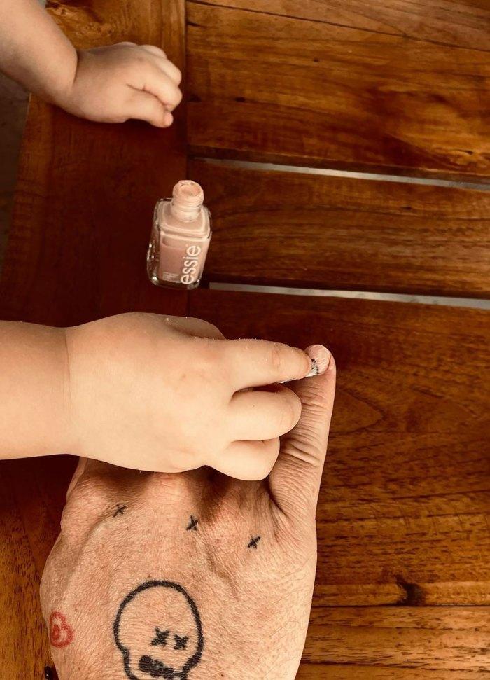 La hija de 2 años de Diane Kruger y Norman Reedus le hace una manicura