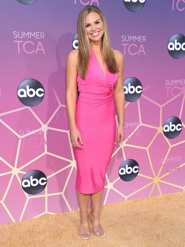 Hannah Brown y su novio Adam Woolard son una gran combinación con un vestido rosa