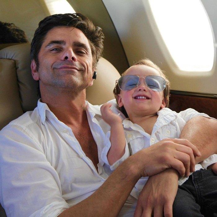John Stamos se aísla de su hijo Billy después de la tercera exposición a COVID