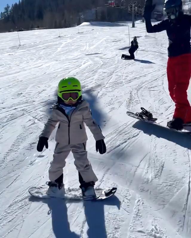 Kylie Jenner muestra el snowboard de Stormi de 'Little Pro' en un dulce video