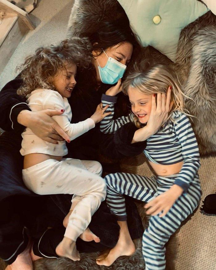 Liv Tyler revela la angustiosa batalla del COVID-19 mientras se reúne con sus hijos después de 'Wild 2 Weeks' en cuarentena