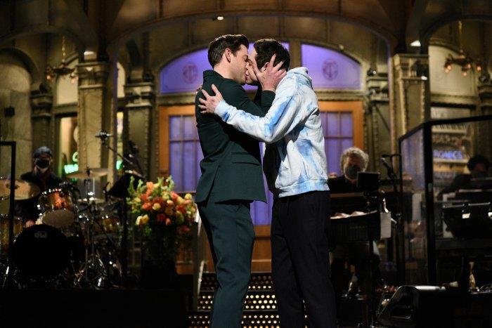 Pete Davidson y John Krasinski se besan en 'Saturday Night Live' tributo al romance de Jim y Pam