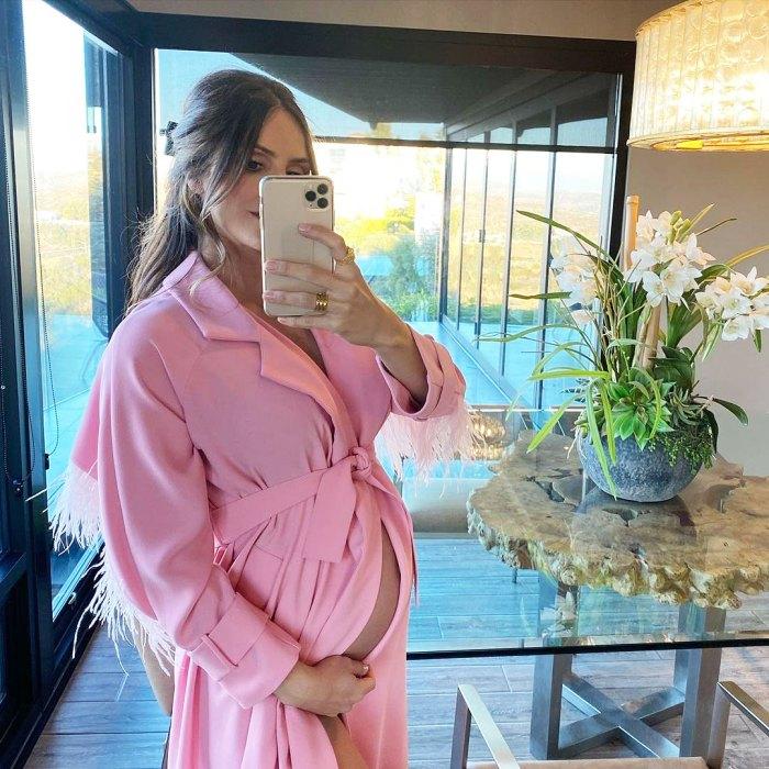 Katharine McPhee, embarazada, da un primer vistazo a la barriga desnuda del bebé