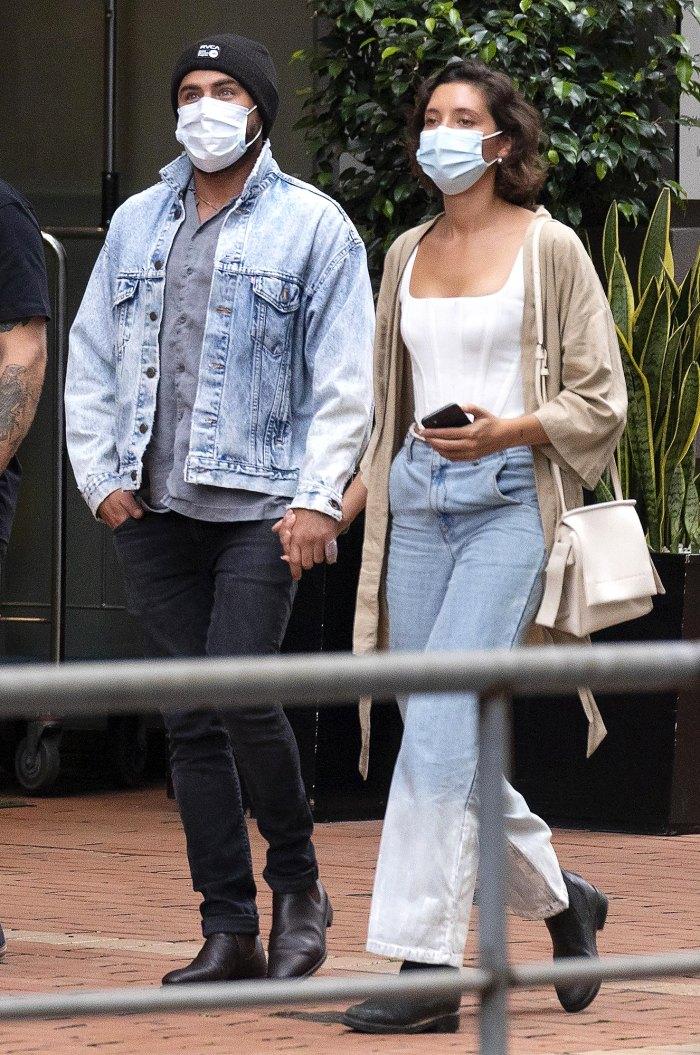 Zac Efron y su novia Vanessa Valladares se dan la mano en una cita nocturna en Sydney: Foto