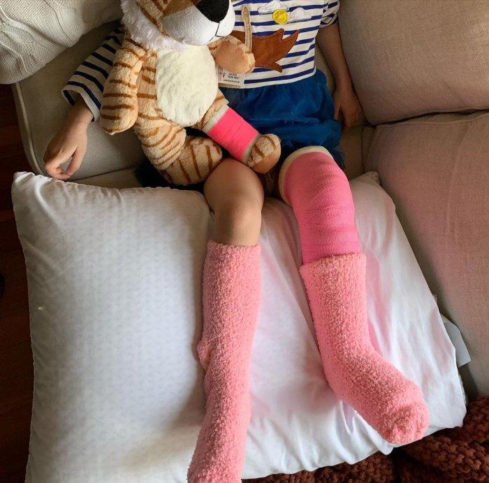 Erin Napier de la ciudad natal dice que los médicos tuvieron que 'volver a romper' la pierna de su hija Helen después de un aterrador accidente en el patio de recreo