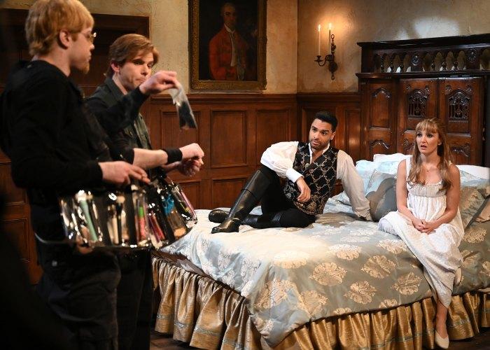 Rege-Jean Page y Chloe Fineman recrean las ardientes escenas de sexo de Bridgerton con un coordinador de intimidad cuestionable en 'Saturday Night Live'