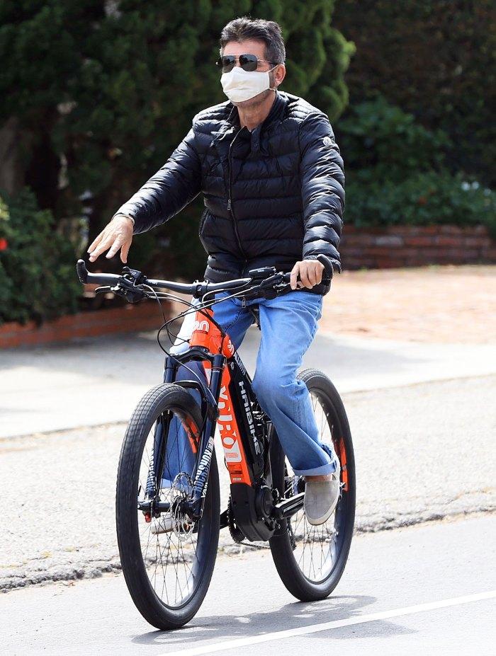 Simon Cowell montando una bicicleta en abril de 2020 Simon Cowell detalla la experiencia de lesionarse la espalda en un accidente de bicicleta