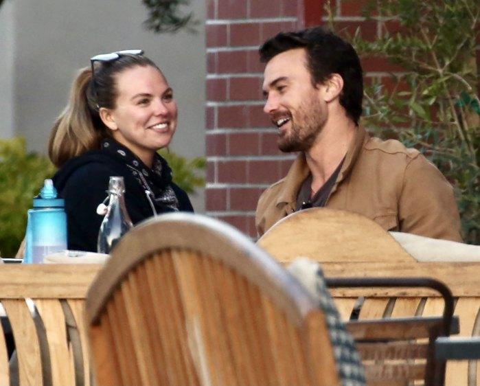 El novio de Hannah Brown, Adam Woolard, la ayuda a hacer un lindo atuendo: video