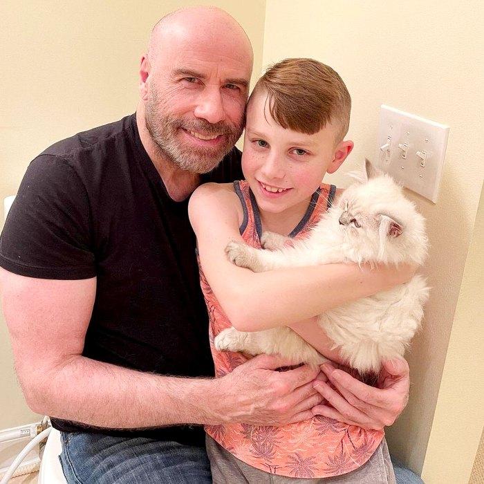 John Travolta comparte una rara foto con su hijo mientras presenta un nuevo gato familiar