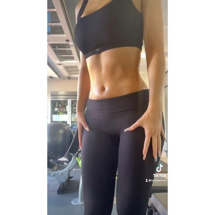 Kylie Jenner muestra sus abdominales durante una divertida rutina de entrenamiento 2