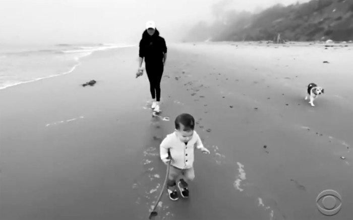 Meghan Markle y el hijo del príncipe Harry, Archie, hacen un cameo adorable en una entrevista reveladora Archie corriendo en la playa sosteniendo un bastón en blanco y negro