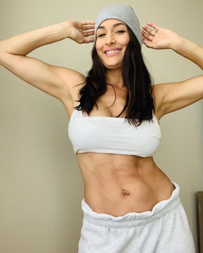Nikki Bella muestra sus abdominales después de dar a luz, dice que 'casi ha vuelto a su cuerpo antes del bebé'