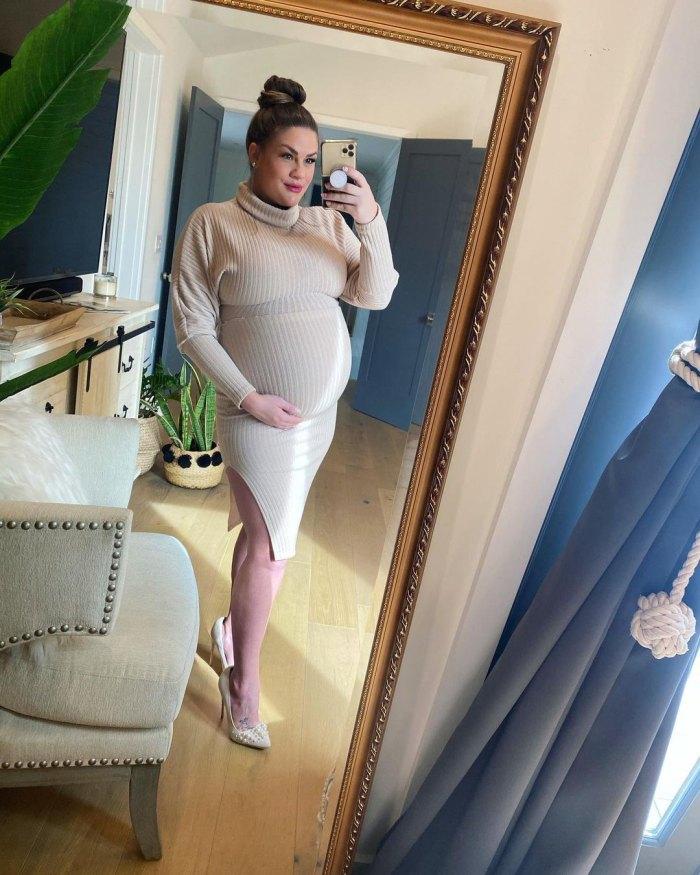 Brittany Cartwright embarazada usa zapatos de boda y aretes en sesión de maternidad
