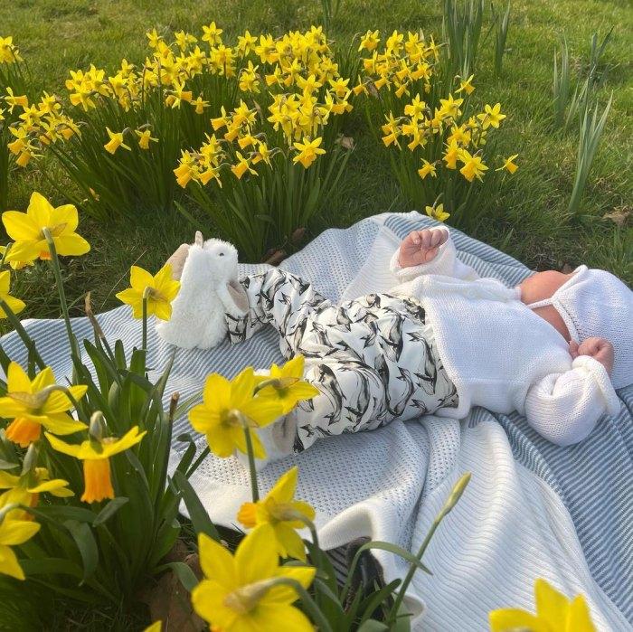 La princesa Eugenia comparte nueva foto del macizo de flores amarillo de Son August