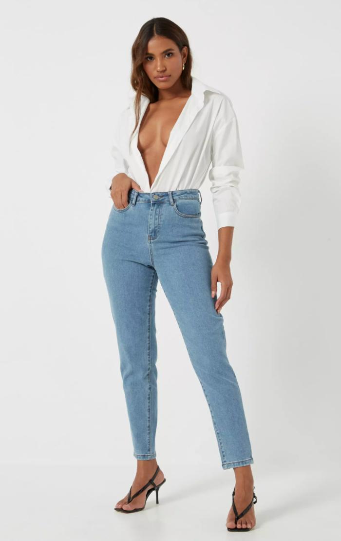 jeans mom de mezclilla elastizada confort de cintura alta azul