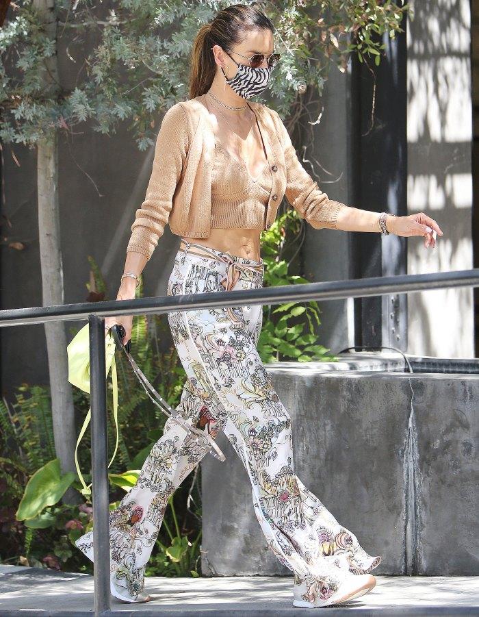 Alessandra Ambrosio en moda haciendo recados en Santa Mónica