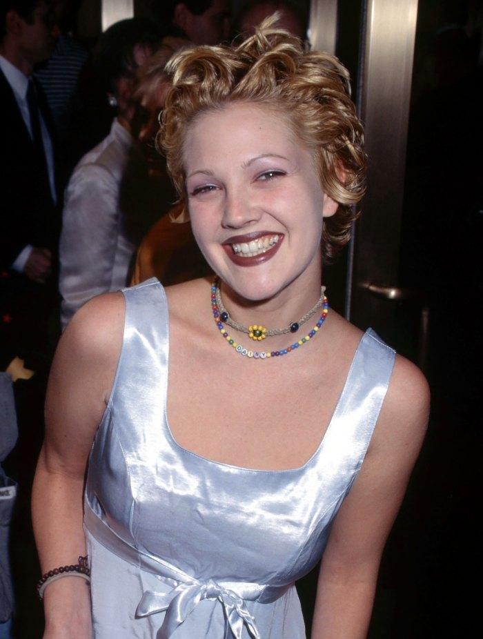Drew Barrymore usó este producto de $ 11 para teñir su cabello 'realmente rubio'