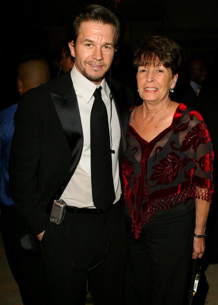 Mark Wahlberg y el hermano Donnie Wahlberg lloran la muerte de su madre Alma