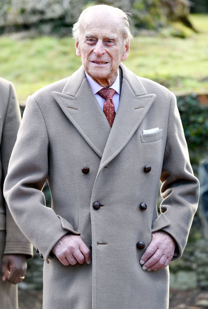 Príncipe Felipe honrado con tributo tradicional fuera del palacio