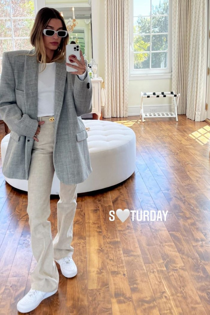 hailey-bieber-full-selfie