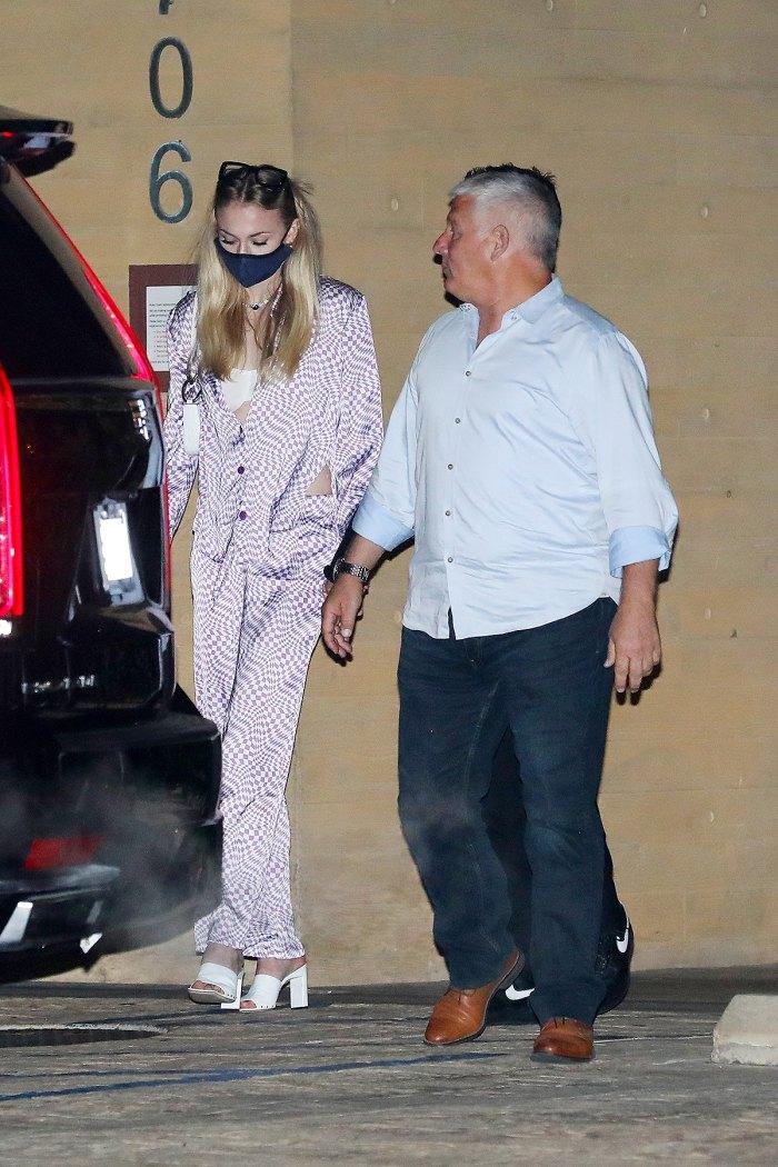 sophie-turner-pijama-morado-sedoso