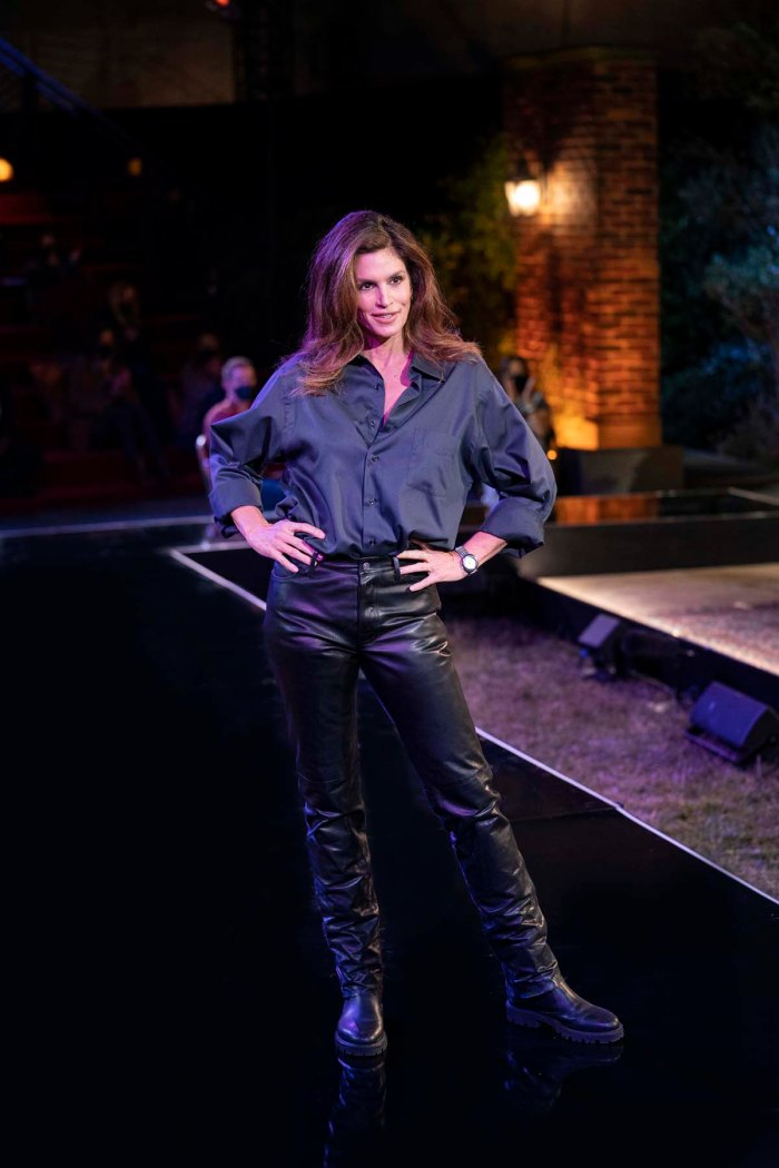 Cindy Crawford modela hilarantemente Ross Leather Pants Friends Reunion