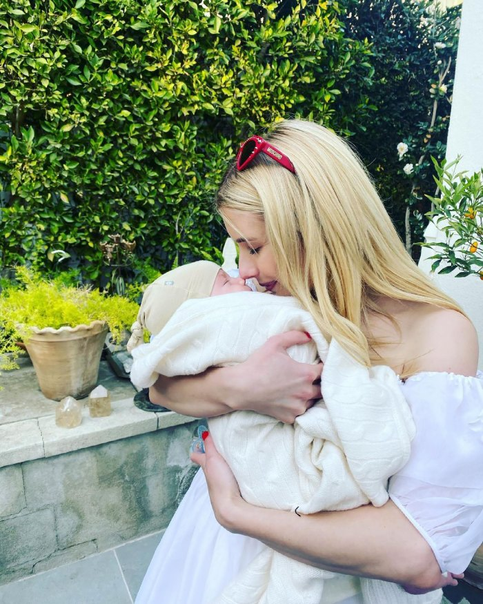 Emma Roberts les muestra el rostro del hijo Rhodes de Garrett Hedlund y ella por primera vez en el Día de la Madre