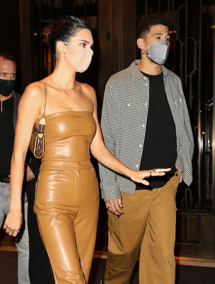 Kendall Jenner convence a Khloe Kardashian de que está comprometida con Devin Booker en una broma épica: video