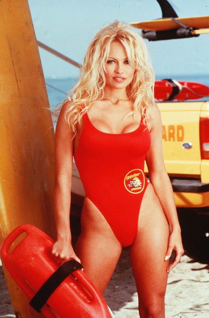 Lily James Channels Pamela Andersons Baywatch Days icónico traje rojo