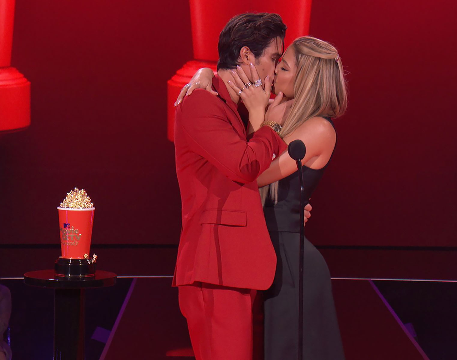 Madelyn Cline, Chase Stokes Win Best Kiss at 2021 MTV Movie and TV Awards