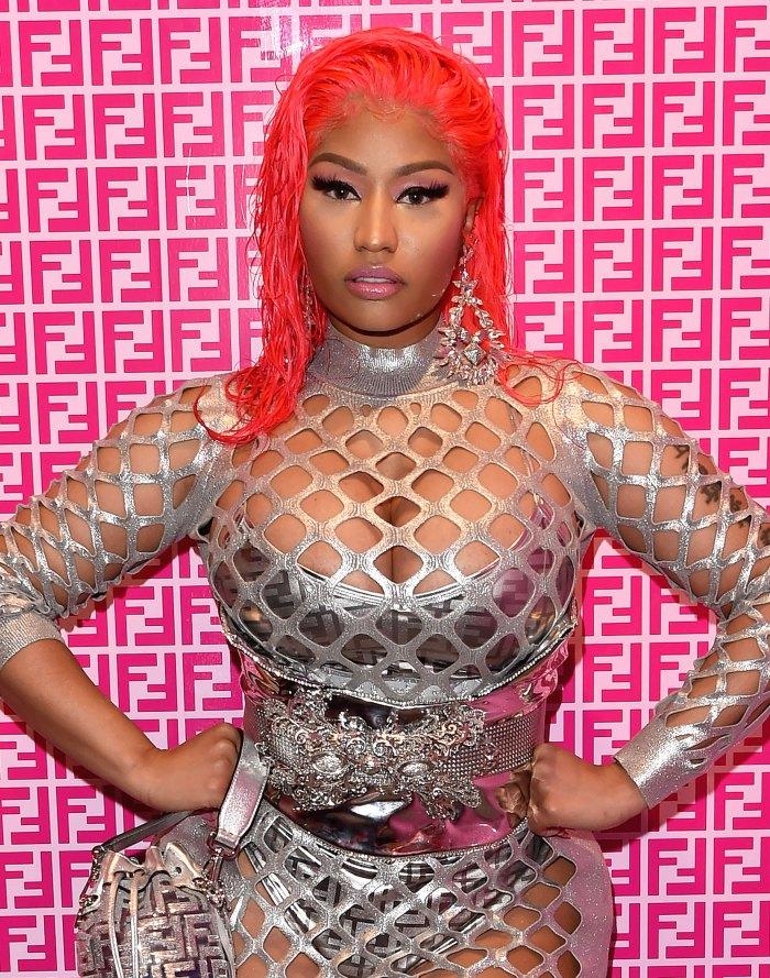 ¡Icónico!  Nicki Minaj no lleva nada más que unos Crocs rosas de $ 49
