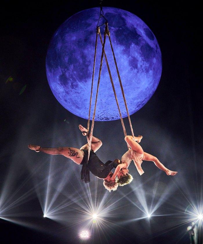 La hija de Covered Sunshine Pink, Willow Hart, realiza acrobacias acrobáticas en los Billboard Music Awards 2021