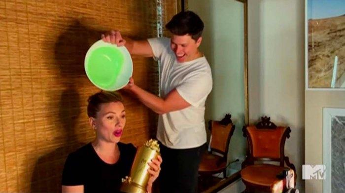 El programa equivocado Scarlett Johansson deja a Colin Jost adelgazado durante el discurso de MTV