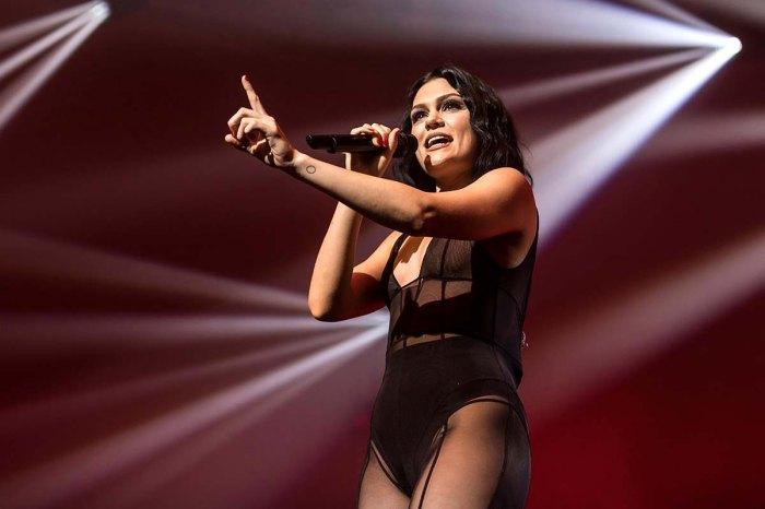 Jessie J llora al detallar las luchas de salud que afectan su garganta cantando