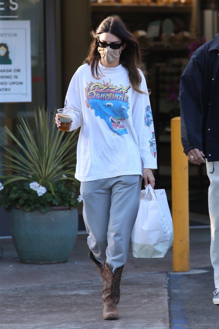 Kendall Jenner y Devin Booker compran comestibles en Jayde's Market en el Beverly Glen Center de Los Ángeles el 29 de mayo de 2021.