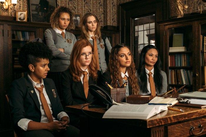 Suki Waterhouse Daisy Jones y el elenco de Six Learn Piano From Scratch Seance