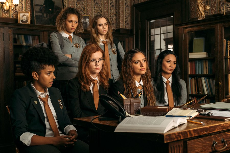Suki Waterhouse Daisy Jones and the Six Learn Piano From Scratch Seance Cast