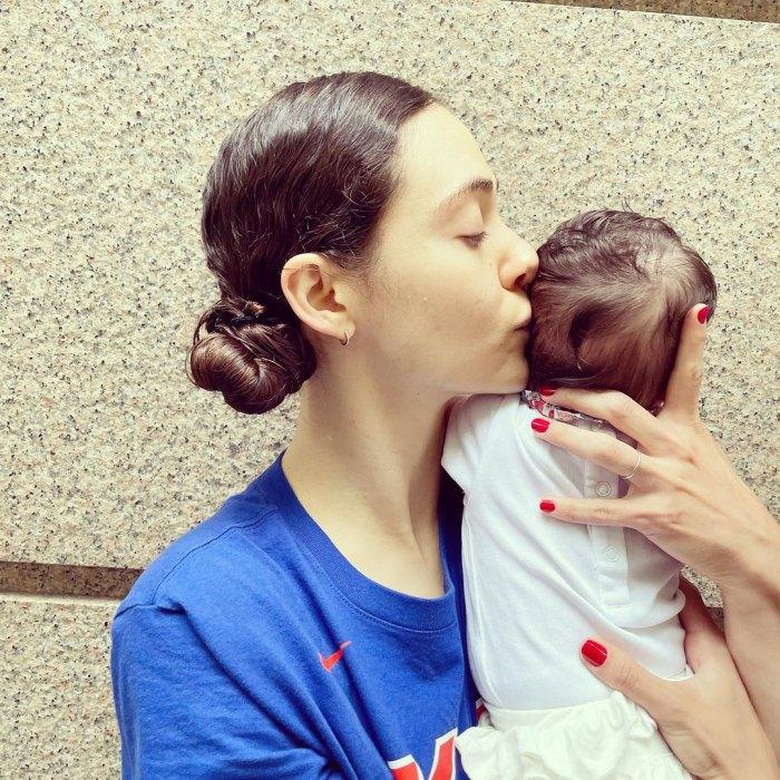 Emmy Rossum comparte la primera foto de bebé de su 'niña hermosa y saludable' con su esposo Sam Esmail