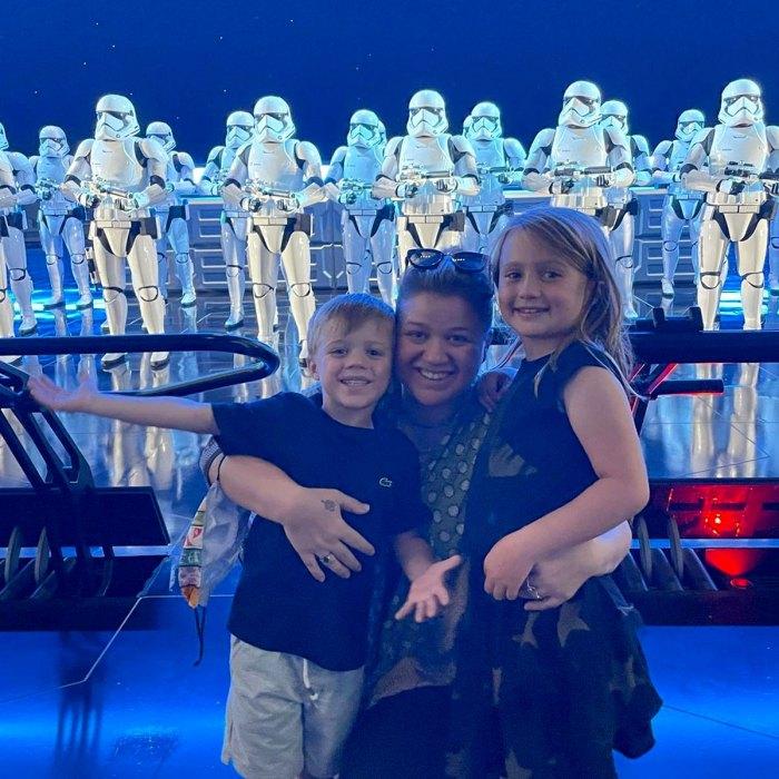 Kelly Clarkson comparte una rara foto con 2 niños durante su visita a Disney World
