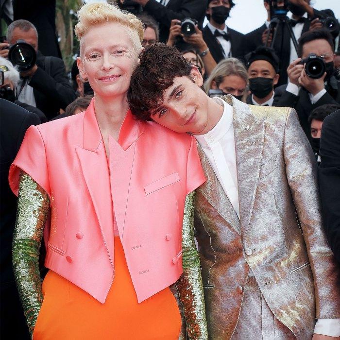 ¡JAJAJA!  Tilda Swinton le hace una broma a Timothee Chalamet durante el estreno de la película en Cannes