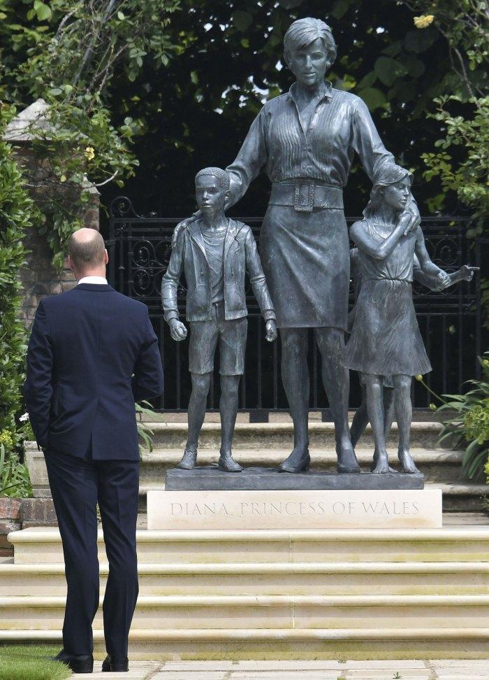 Estatua de la princesa Diana grabada con un poema 2