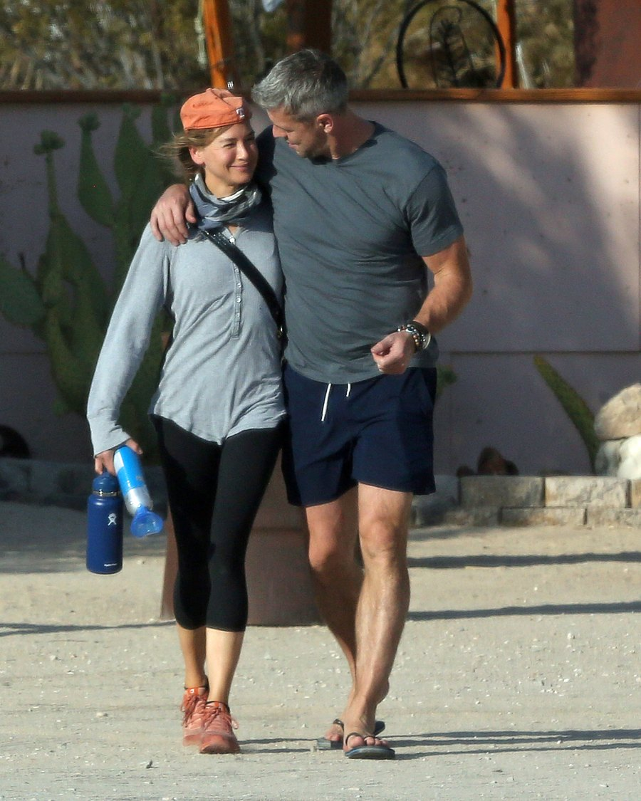 Renee Zellweger and Ant Anstead Kiss and Cozy Up While Running Errands: Photos