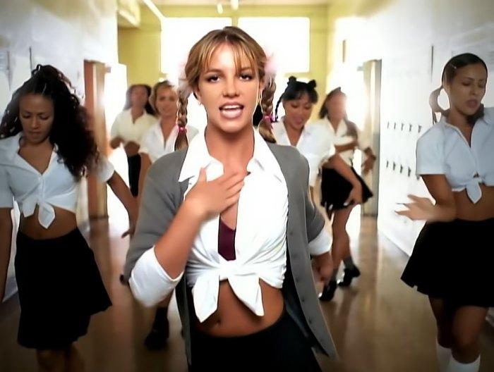 La camisa de cuello blanco de Britney Spears nos está dando grandes vibraciones de 'Baby One More Time': Pic